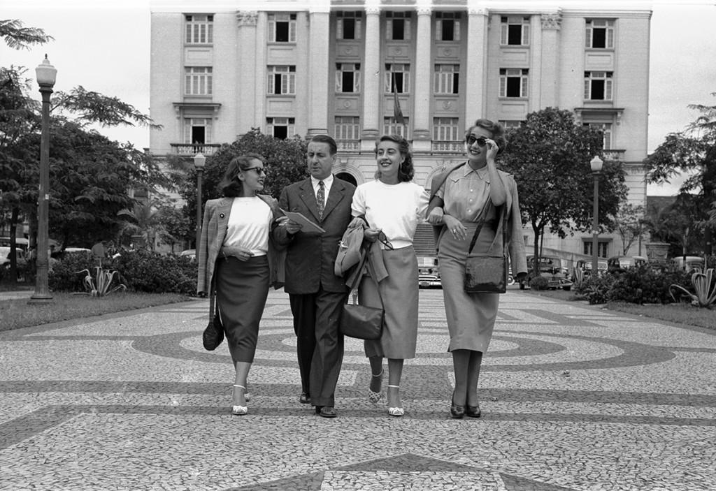 José Meireles, o pai onipresente, passeia com as filhas na Praça Mauá, em Santos, algumas horas antes do sensacional espetáculo oferecido no Coliseu.