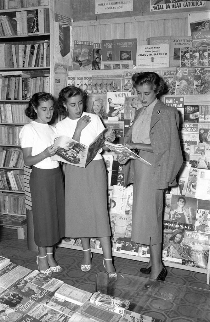 As Irmãs Meireles, em Santos, em janeiro de 1950. Horas antes do show no Coliseu, as artistas tiraram uma série de fotos para a imprensa local.