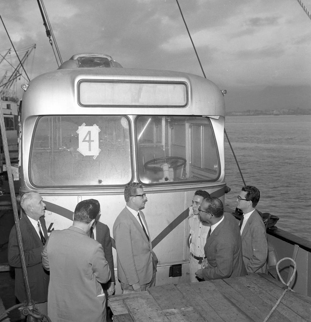 O prefeito José Gomes (ao centro) vistoria pessoalmente o desembarque dos veículos.