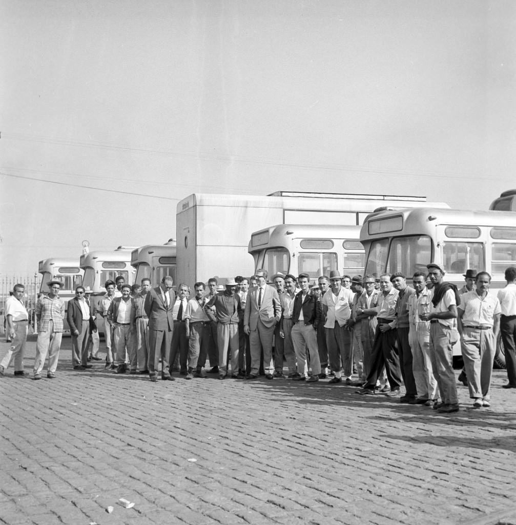 Autoridades santistas chegam ao armazém 23 das Docas para acompanhar o desembarque dos primeiros trólebus de Santos.