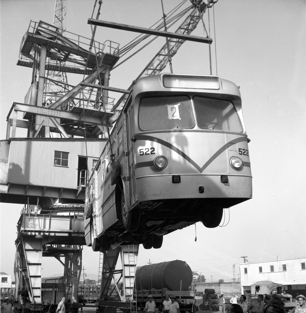 Desembarque dos cinco primeiros exemplares de trólebus para compor o sistema de transporte de passageiros na cidade de Santos.
