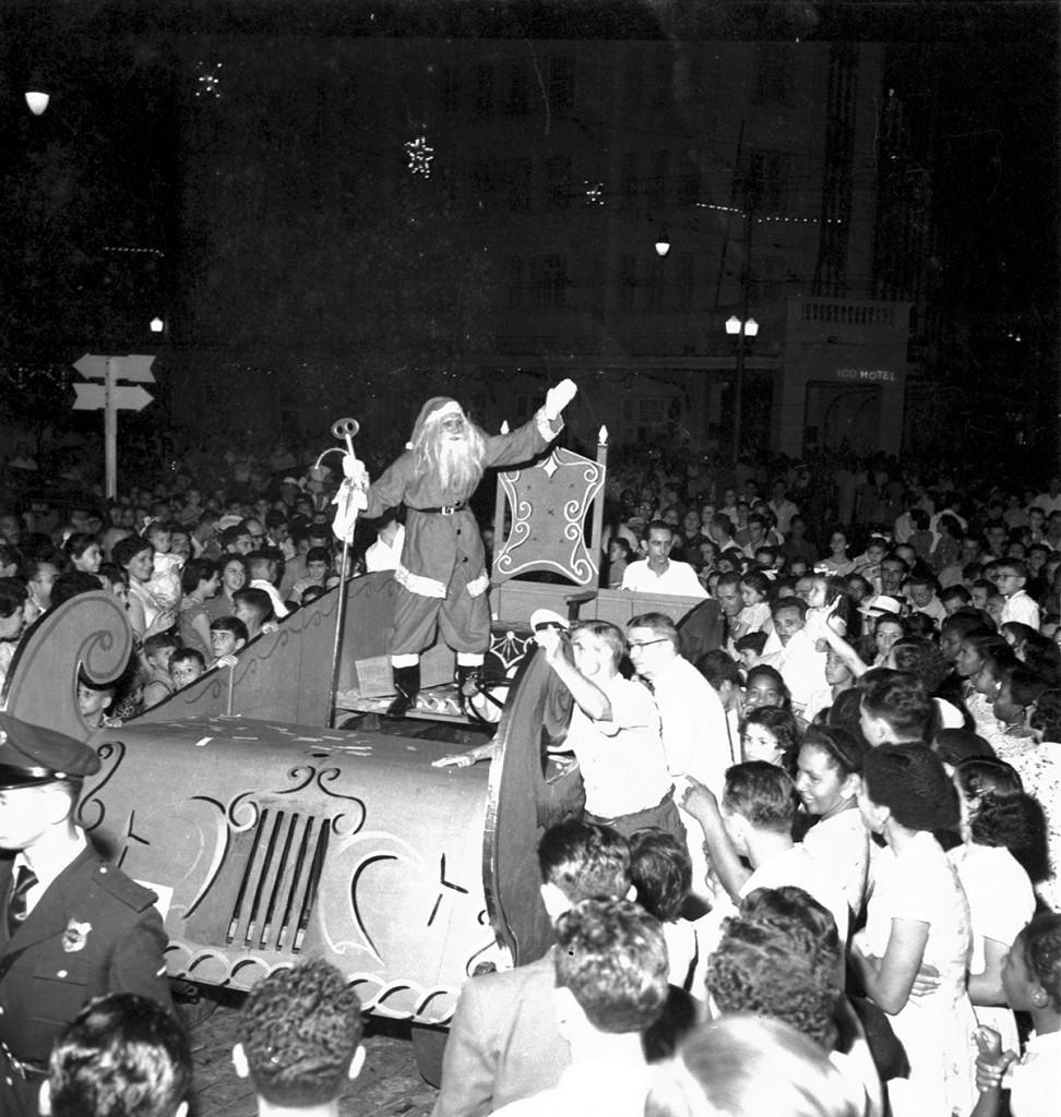 Papai Noel de 1955, o primeiro, em desfile apoteótico.