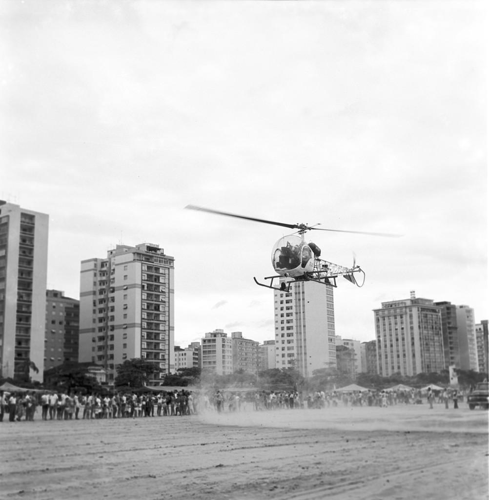 Centenas de pessoas aguardavam a chegada do Papai Noel em Santos (1961).