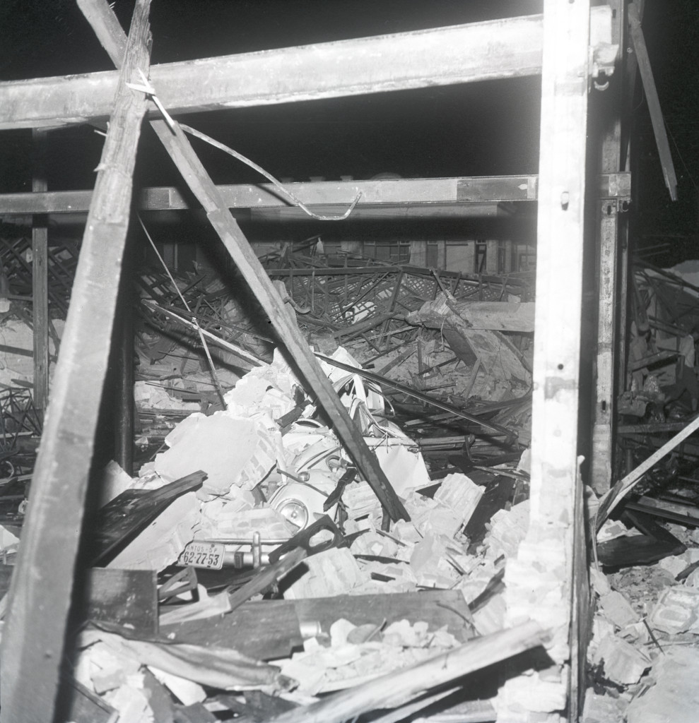 Um fusca ficou sobre os escombros de uma garagem destruída.