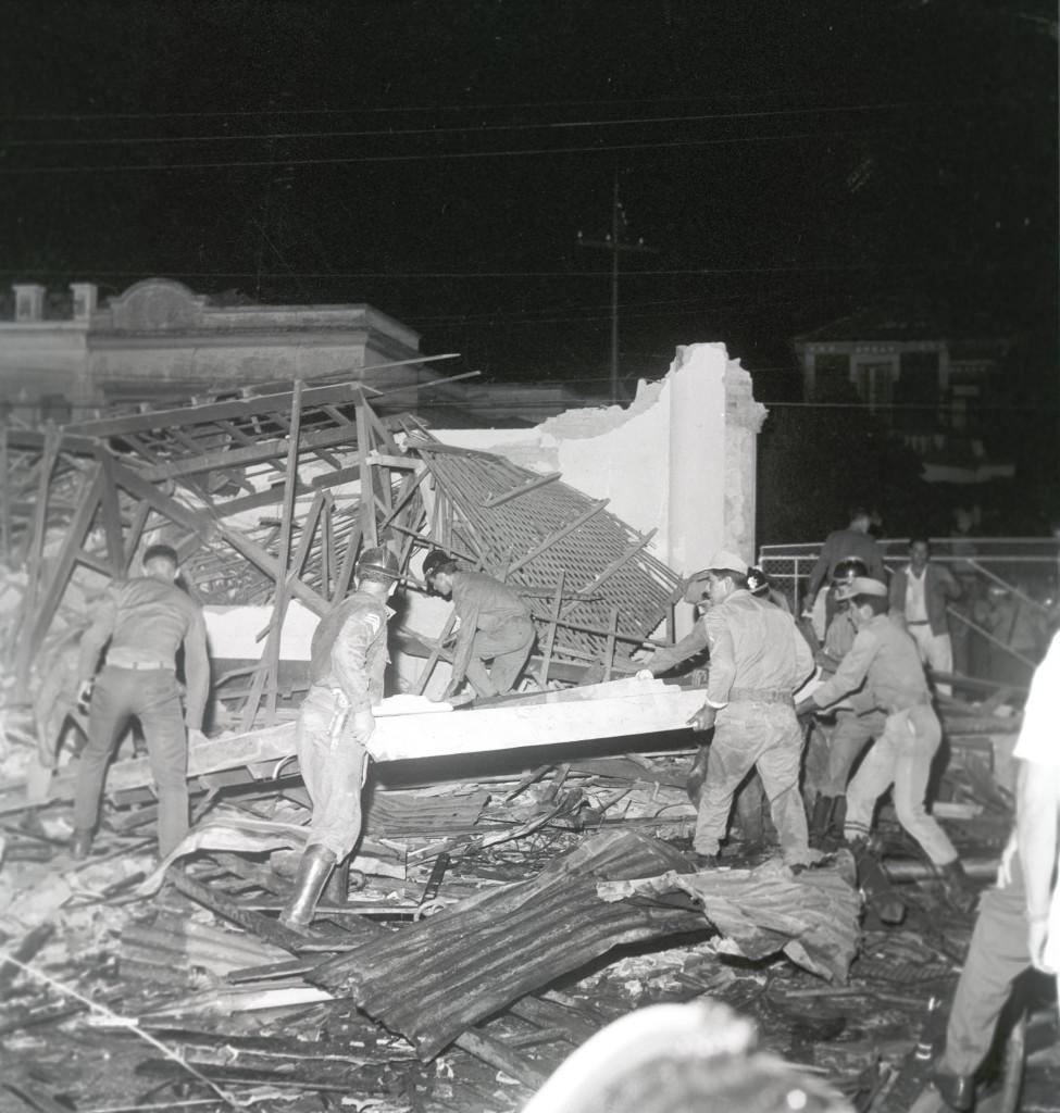 Bombeiros e soldados da polícia trabalharam a madrugada inteira a procura de vítimas.