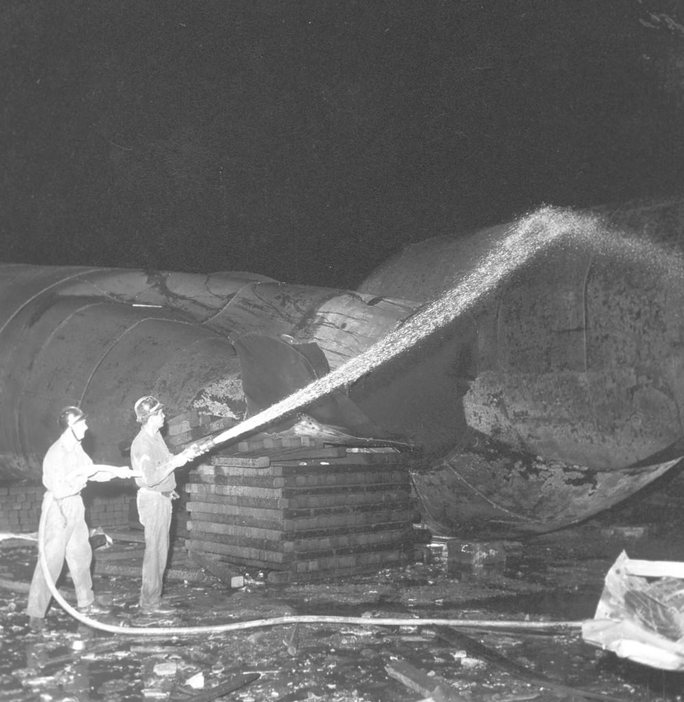 Os bombeiros resfriaram os tanques que sobraram para não ocorrer novas explosões.
