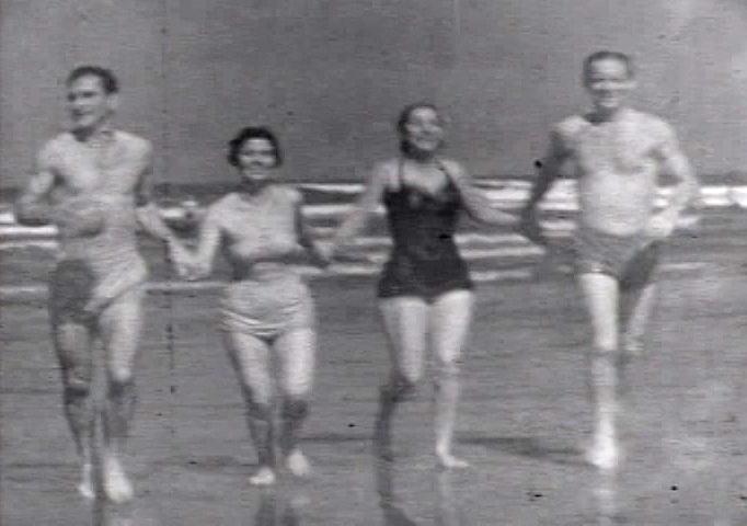Cenas de praia revelam vestimentas características dos anos 1950.