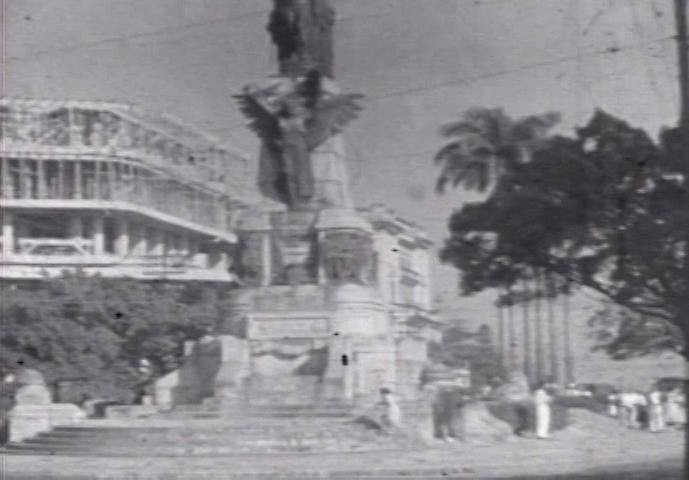 O Monumento dos Andradas e o Edifício Independência ainda em construção.