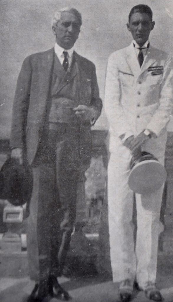 Ribeiro de Barros no terraço do bar do Monte Serrat, ao lado de uma pessoa de sua família.