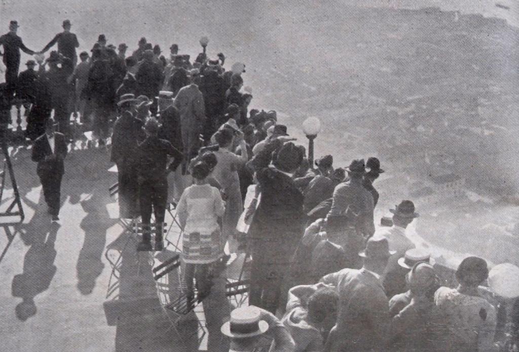 A população santista, no Monte Serrat, aguardando a passagem do Jahú.