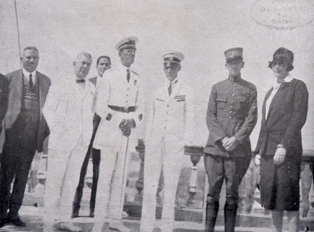O comandante Ribeiro de Barros e Newton Braga e o tenente João Negrão, no terraço do Monte Serrat.