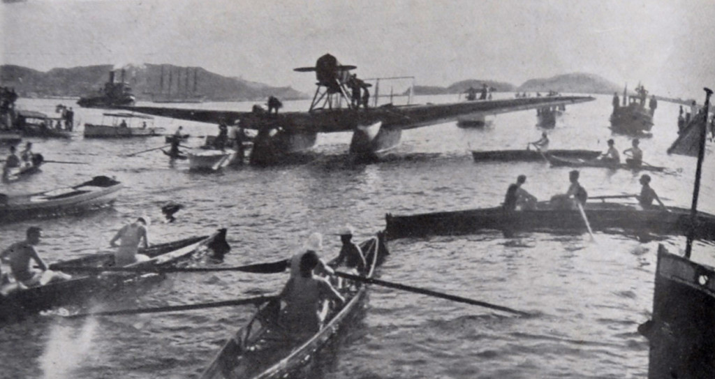 O Jahu, logo após amerissar ao largo do porto de Santos. Remadores dos clubes náuticos da cidade recepcionam os heróis brasileiros.