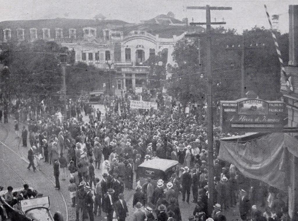O cortejo festivo com os tripulantes do Jahú passando pela Praça Ruy Barbosa, em frente ao Empório Rio Grandense.