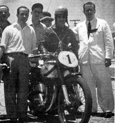"""Luiz Bezzi, ladeado pelo Prefeito de Santos, Sr. Rubens Ferreira Martins e Eloy Gogliano, Diretor da revista """"Motociclismo"""",  à esquerda, momentos antes da partida"""
