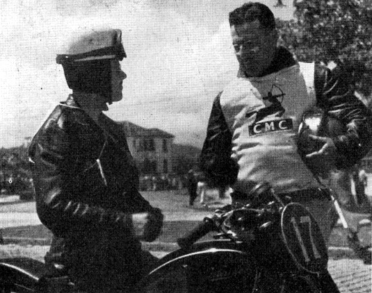 Gaeta, à direita, felicita Angelo Pagotti, que o sobrepujou na prova de 350 cc.