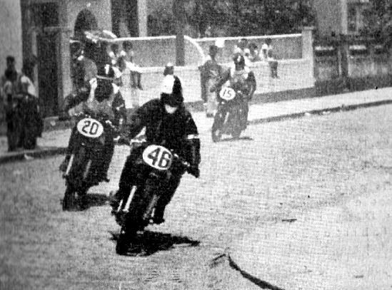 As provas em Santos eram observadas por um número enorme de curiosos e fãs do motociclismo.