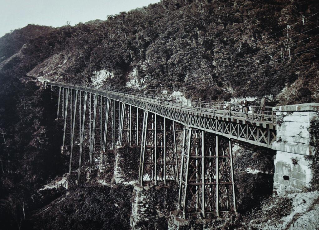 Enorme viadutos no trecho de Serra denotam a complexidade da obra.