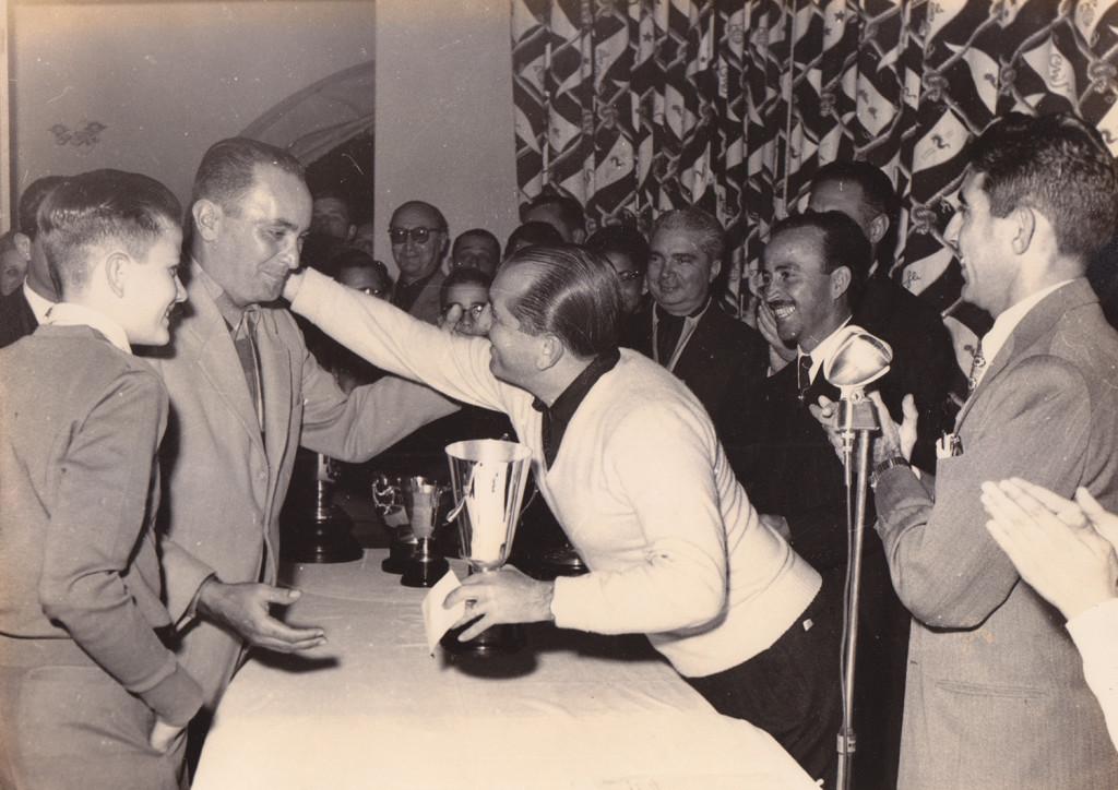 Em julho de 1957, Alcides Procópio, então presidente da Federação Paulista de Tênis (ex-grande rival de Maneco), lhe conferia o troféu do Campeonato Aberto de Santos de 1957. Na foto, da direita para a esquerda, Álvaro Benedito de Castro, Waldemar Vadico de Souza e Daneil Domingues Pinto. Ao lado de Maneco, o filho Adelson Portella Fernandes.