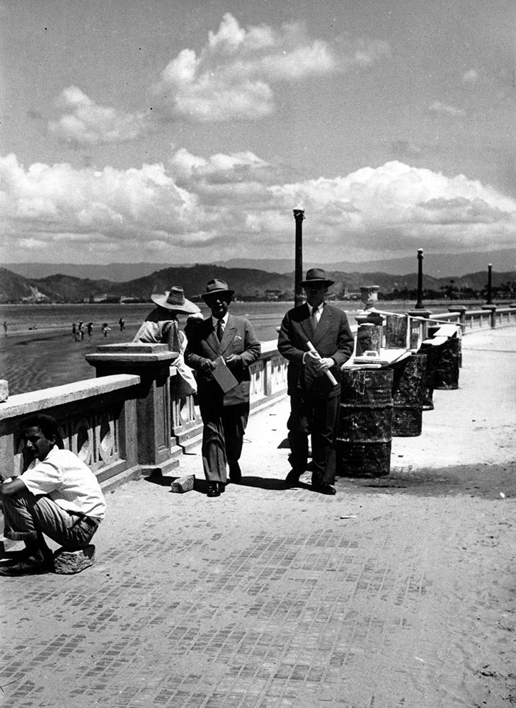 Autoridades da Prefeitura inspecionam os últimos ajustes da colocação da balaustrada, em 1945.