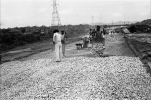Operários durante a construção da primeira pista da Via Anchieta.