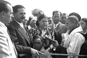 O governador Ademar de Barros, ao lado da esposa, dona Leonor, durante a cerimônia de inauguração da Pista Norte da Via Anchieta.