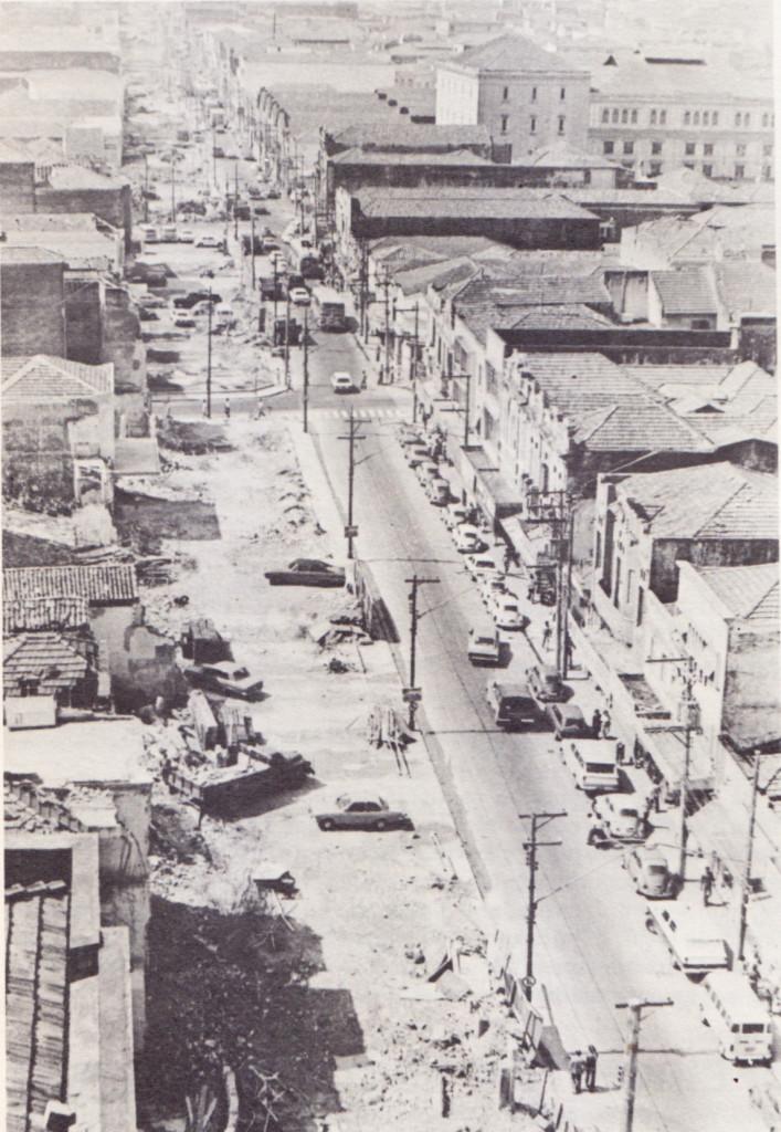 Alargamento da Rua João Pessoa, nos anos 1970. Imagem tirada a partir do prédio do Jornal A Tribuna.