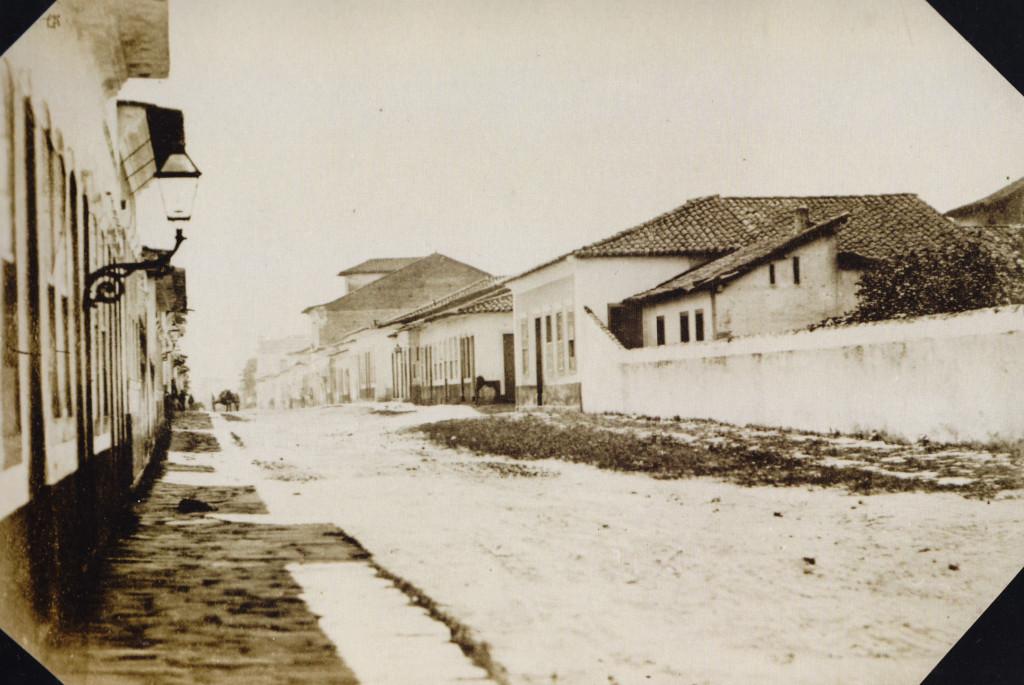 Primeira fotografia da atual Rua João Pessoa, quando ainda era chamada de Rua do Rosário, em 1865.