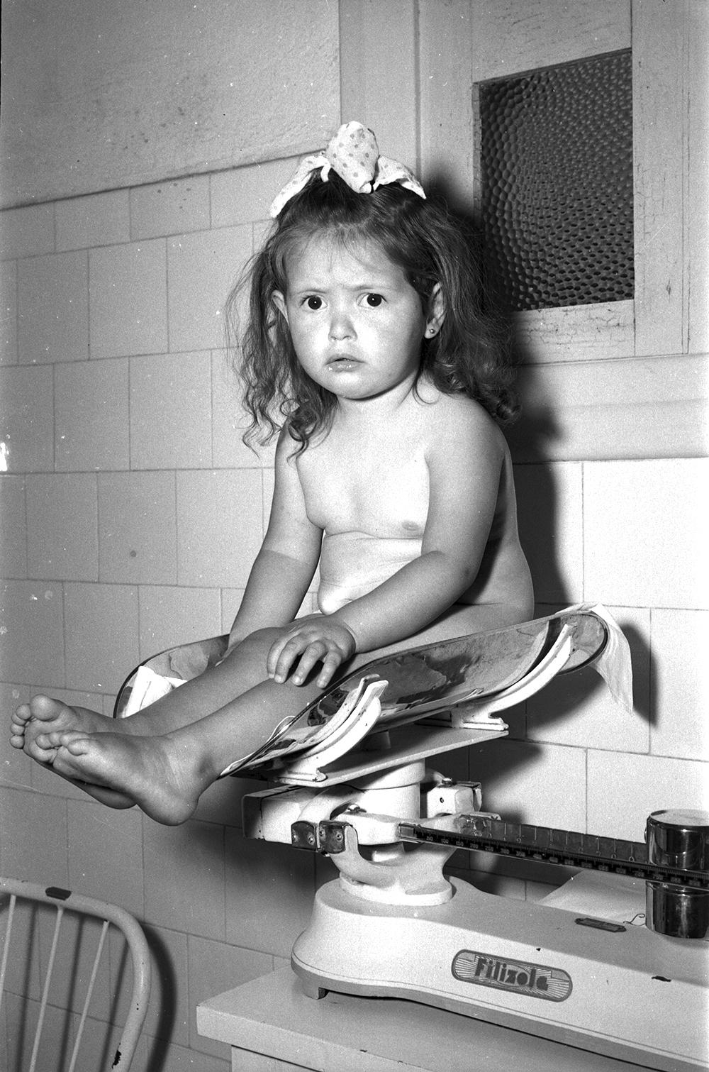 Criança passando pela prova de peso.