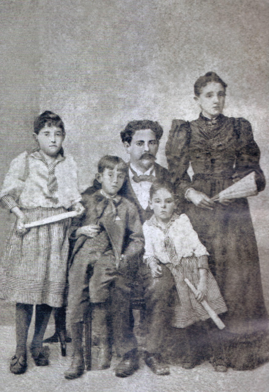 Calixto com a família: a esposa Antoninha, e os filhos Fantina, Sizenando e Pedrina, em 1892.