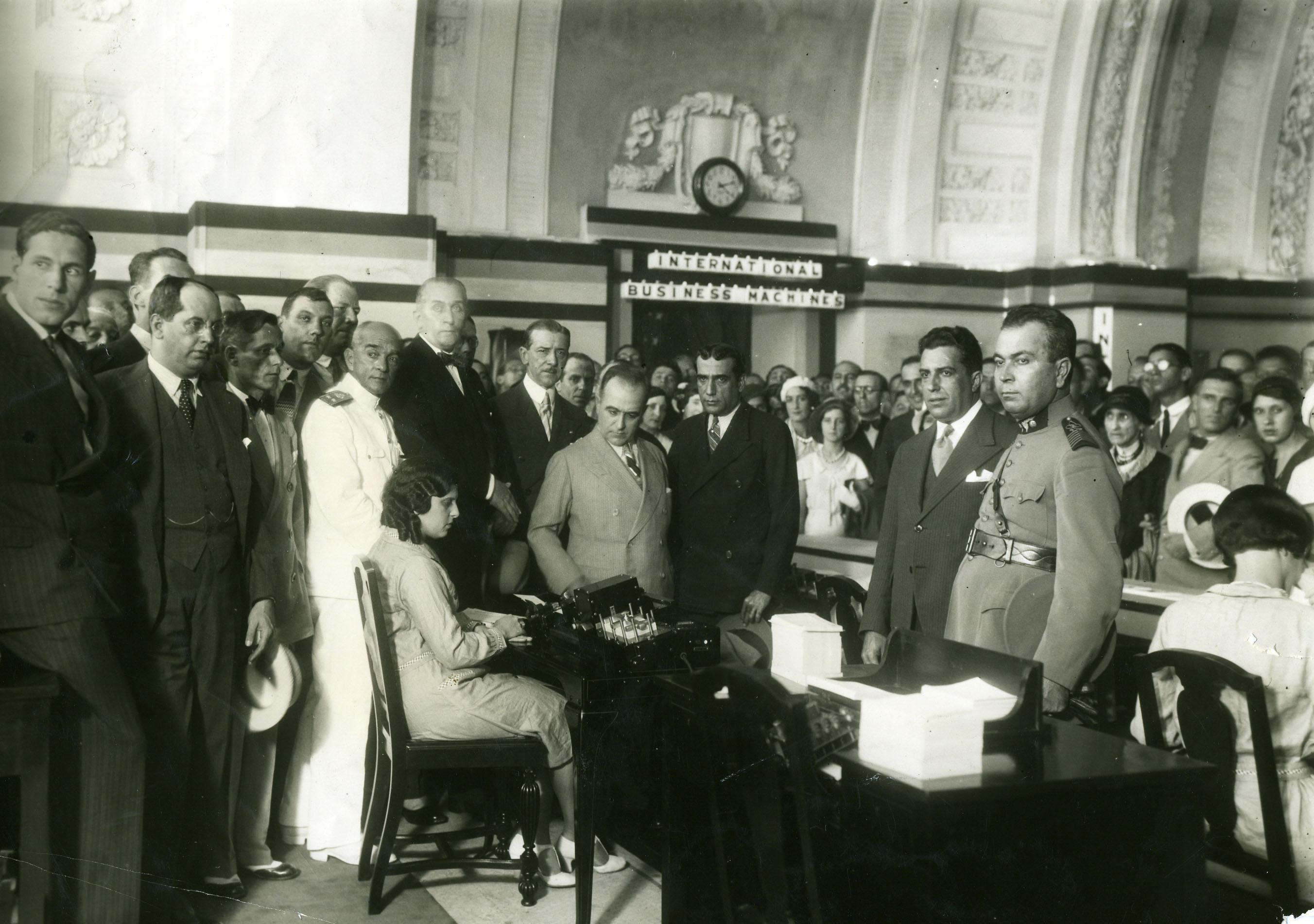 O presidente Getúlio Vargas visitando as instalações da IBM, no Rio de Janeiro. Valentim já era homem de confiança de Vargas para a economia nacional.