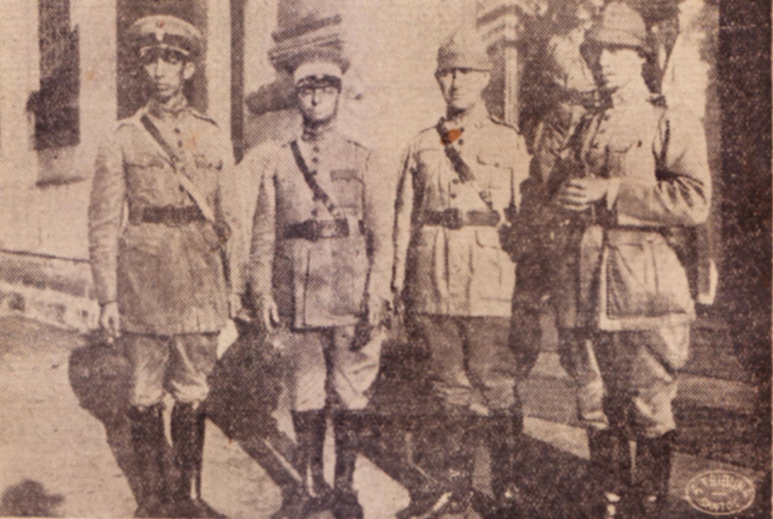 O sr. coronel Mello Mattos (primeiro à esquerda), comandante da Praça de Santos, ao lado dos oficiais do seu estado-maior, em pose para A Tribuna.