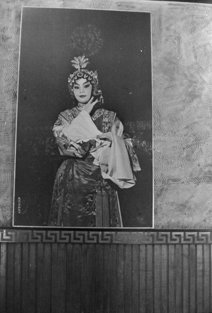 Imagens de orientais com vestes tradicionais ornamentavam o salão principal.