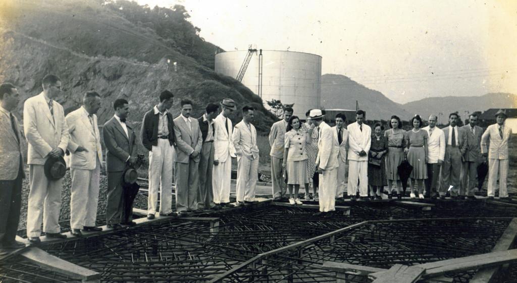 Os engenheiros da Associação acompanhando as obras de instalação do Polo Petroquímico Siderúrgico de Cubatão, no anos 1950.