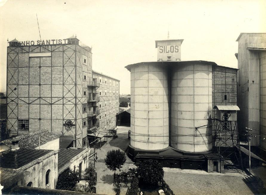 A primeira unidade de moagem, com o prédio do moinho e nove silos, marcou o início da atividade da produção de farinha de trigo em Santos, em 1907.