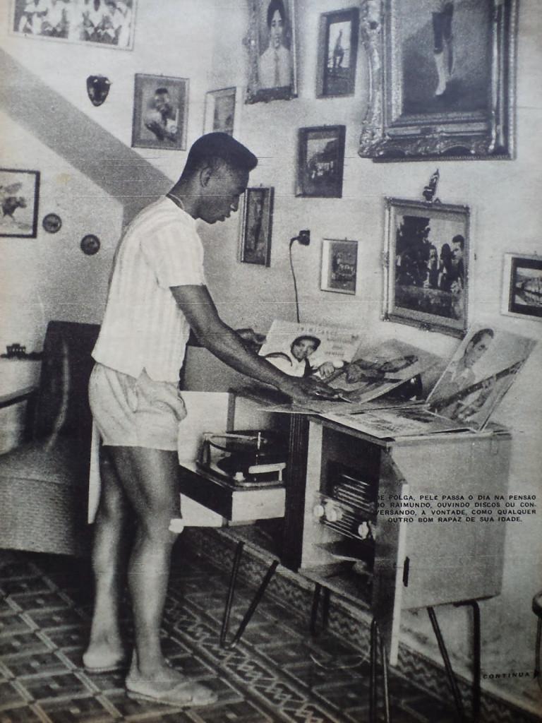 Na legenda: Na folga, Pelé passa o dia na pensão, ouvindo discos ou conversando, à vontade, como qualquer outro bom rapaz da sua idade.