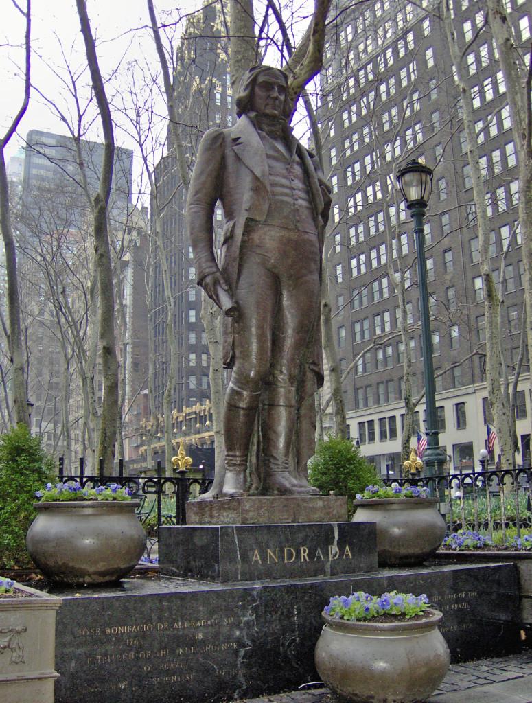 Monumento a José Bonifácio de Andrada, na margem da Sexta Avenida, em Manhattan. Foto de Peter Roan (Flickr)