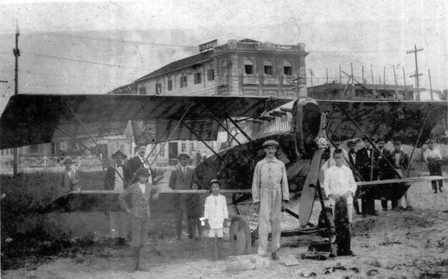 O aeroplano de Alfredo Daudt, com a hélice partida, já na areia do Gonzaga. Ao fundo, vê-se o Hotel Bandeirante.