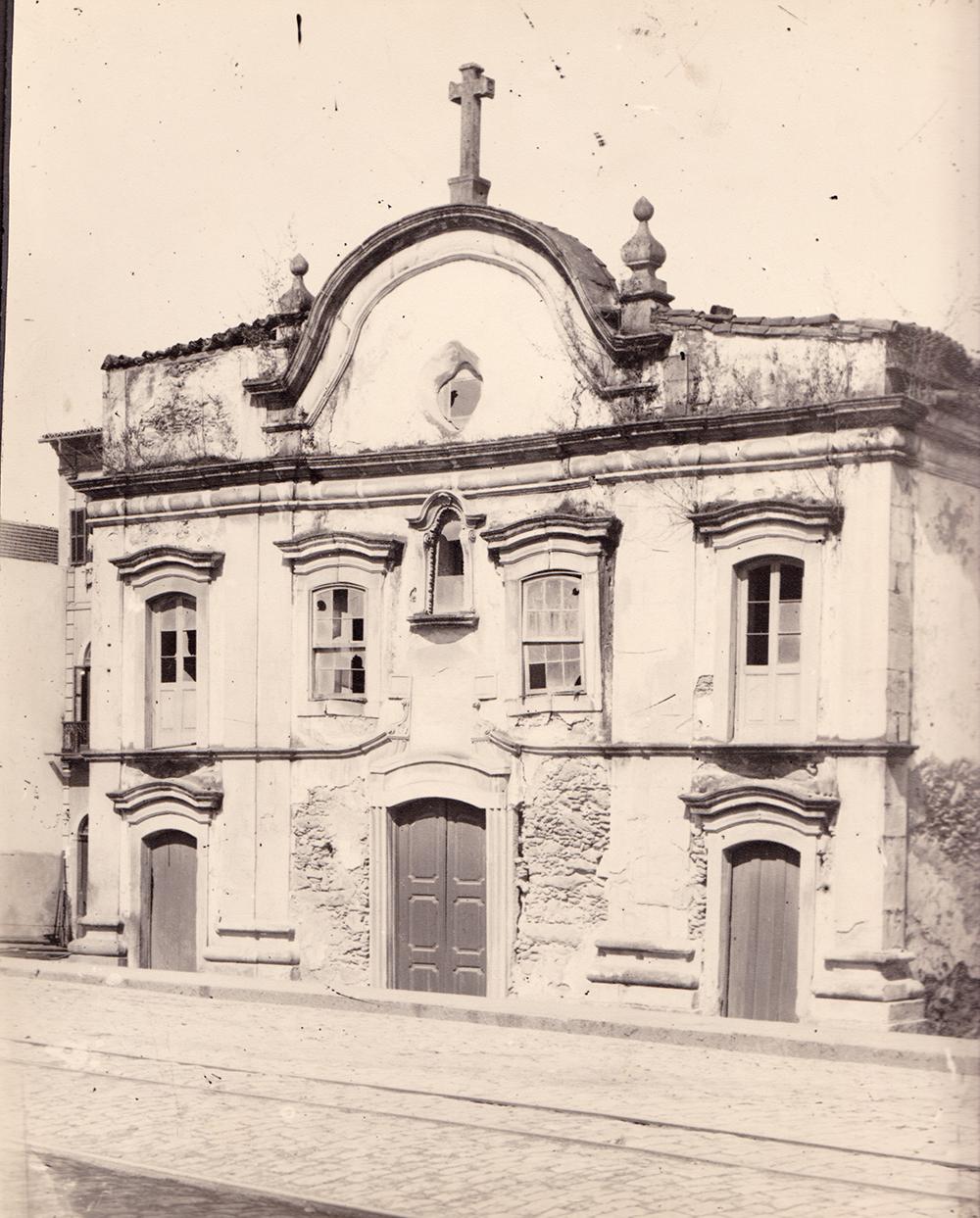A capela Jesus, Maria e José, na foto de José Marques Pereira, em 1902, poucas semanas antes de ser demolida.