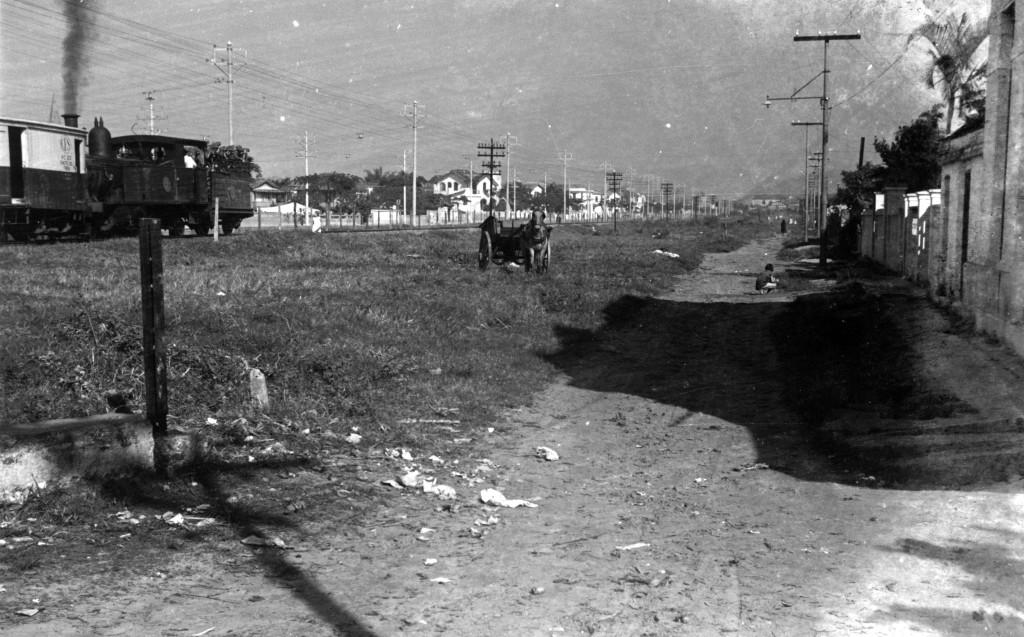 Composição da E.F.S. passando pela cidade de Santos no final dos anos 1930.