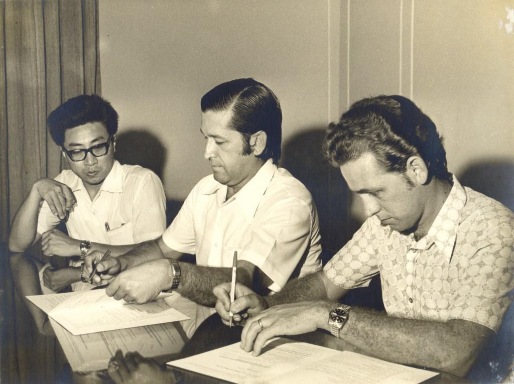 Assinatura de contrato com a Engeclor S.A. Indústria Química, e em 29 de dezembro de 1972. Da esquerda para a direita, Tomas A. Marlya, gerente administrativo da Engeclor; Edmundo Castilho, presidente da Unimed e Valdo S. Vergamini, gerente industrial da Engeclor.