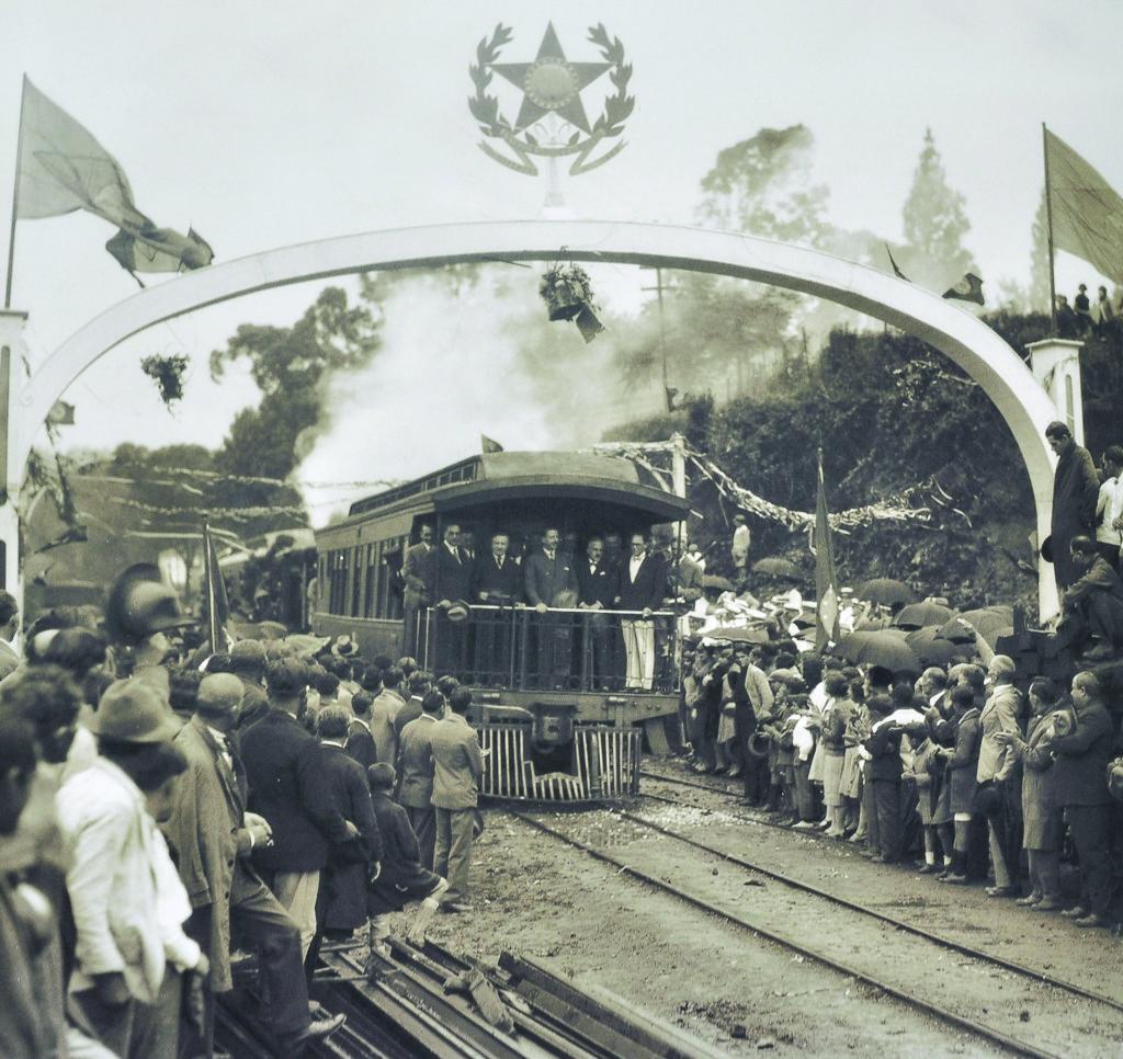O presidente Getúlio Vargas viaja pela E.F. Sorocabana para inaugurar a Estação da Ana Costa, em Santos.