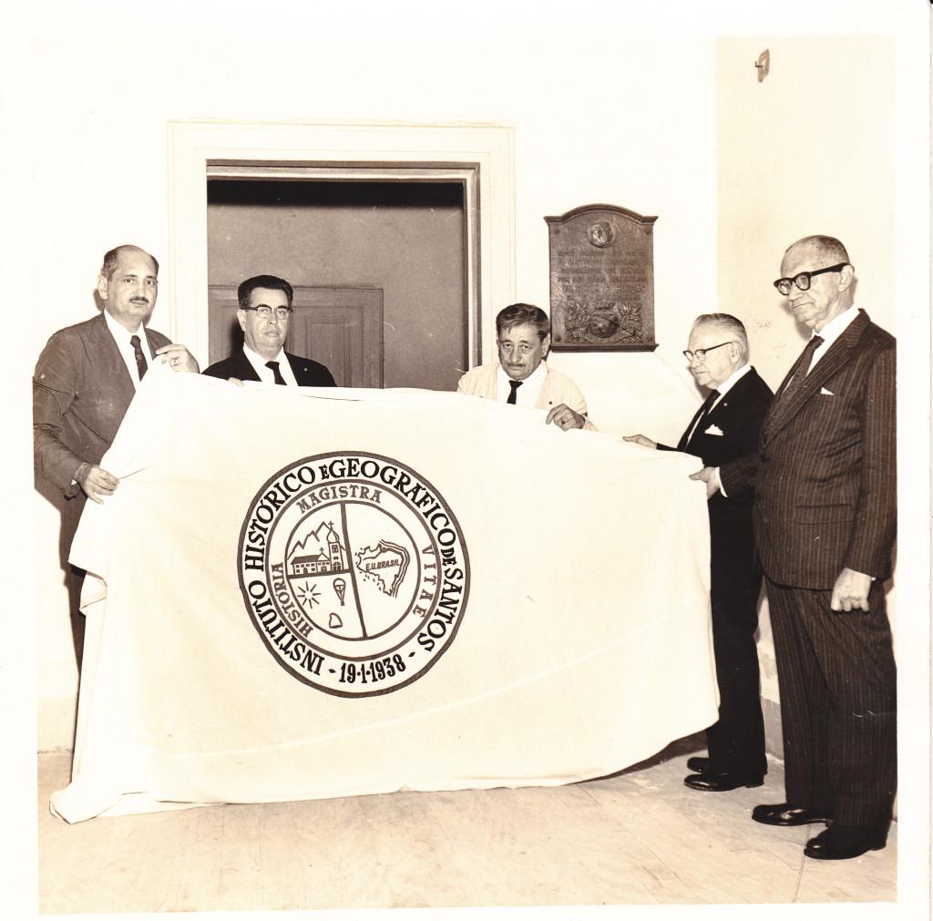 Em 1965, membros do IHGS apresentam a bandeira da instituição, com o brasão ao centro.