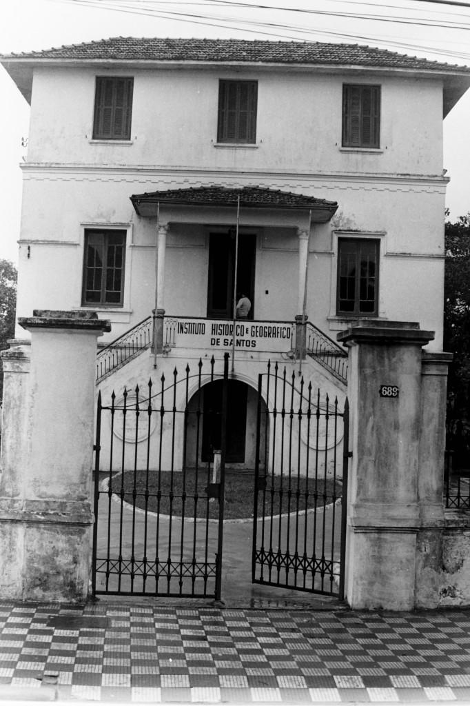 O casarão sede do Instituto Histórico e Geográfico de Santos, em foto tirada no ano de 1977. Edificação é a mais antiga de Santos fora do Centro Histórico, datada de 1886.