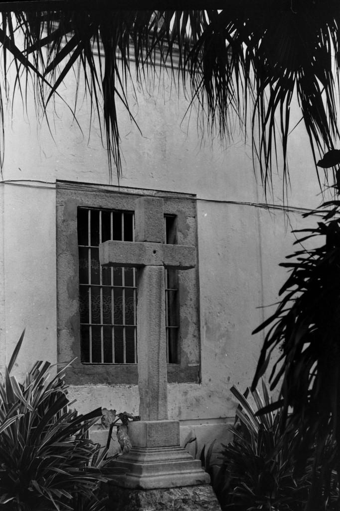 Foto de 1977, mostrando uma cruz de pedra que ficava nos fundos do casarão, pouco conhecida dos atuais membros. Ela está desaparecida.