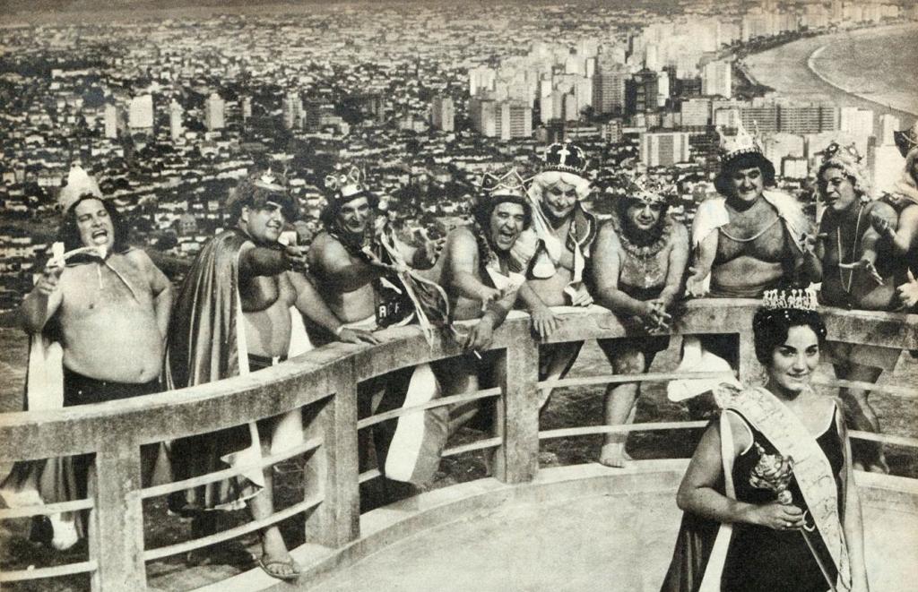 Do alto do Santa Terezinha, os principais reis momos do Brasil proclamam as regras da Corte Carnavalesca. À frente, a rainha santista de 1963, Hilda de Oliveira.