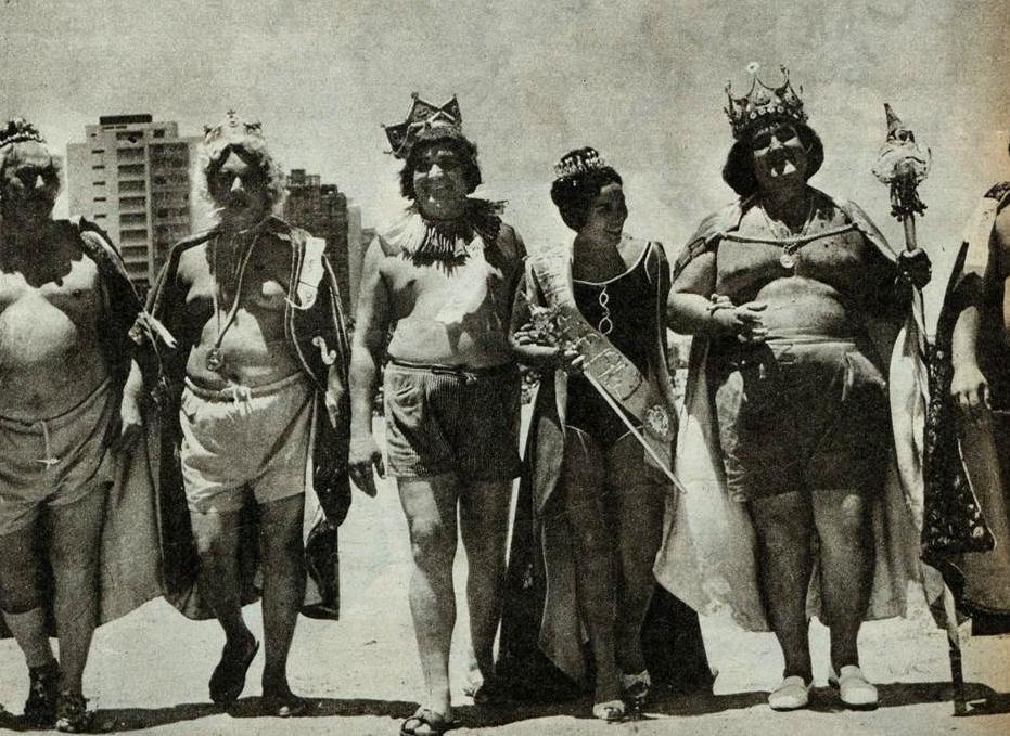 Com a rainha santista de 1963, os momos visitantes desfilaram nas areias do Gonzaga, com o traje de banho real.