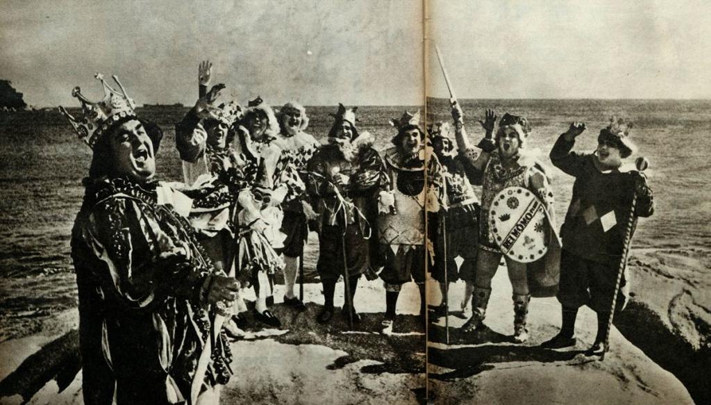 Foto para a posteridade. Os grandes reis momos do Brasil celebram o posto ao sabor da brisa da Baía de Santos, em foto tirada nas pedras da Ilha das Palmas.