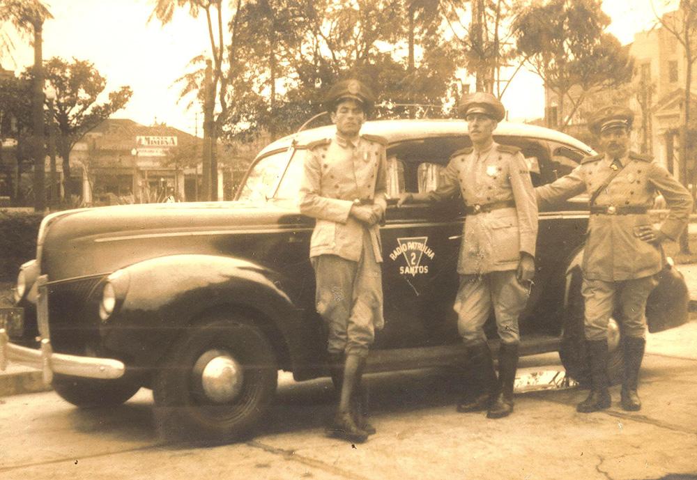 O guarda Lupércio Mussi começou a atuar em Santos a partir de 1940. na foto, ao lado de seus companheiros, com uma rádio patrulha de Santos.