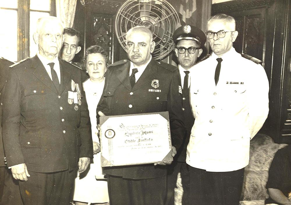 O guarda Mussi recebe o título de Cidadão Santista. Na foto, ao lado do comandante da Guarda Civil do Estado de São Paulo, Armando Figueiredo, e o sub comandante, Renone Simões.