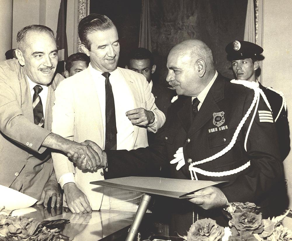 Lupércio Mussi recebe das mãos do então prefeito de Santos, Fernando Riddel, o título de Cidadão Santista. A solenidade aconteceu em
